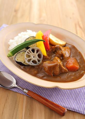 市販のカレールウを使った基本のレシピです。お肉に、玉ねぎ、にんじん、じゃがいもの具材を大きく切って煮込みましょう。揚げ野菜のトッピングもお好みで♪