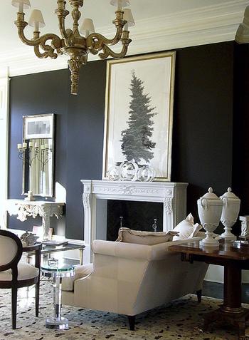 黒に白のインテリアや小物を合わせて洗練された印象に。黒の壁のときはあまり色を多用しないことが、スタイリッシュに見せるポイントです。