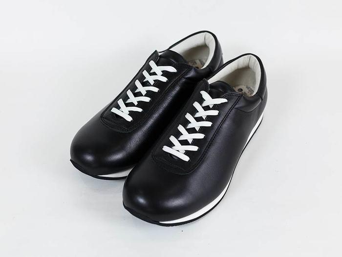 いつでも履き続けれられるオールマイティな一足「スムースブラックマイキー」。ベーシックでシンプルだからどんなコーデにも合わせやすそうですね。