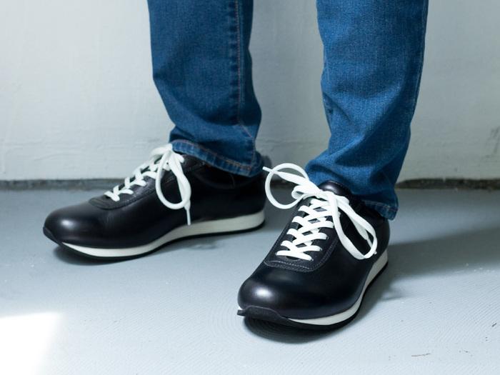 経年により足になじんでいく繋ぎ目のない一枚革のアッパーパターンで、履きこむほどに自分の足の形に沿っていきます。