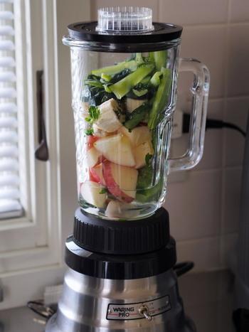 新鮮な野菜もフルーツもたくさん摂れる♪朝も夜も飲みたい『スムージー』レシピ28品