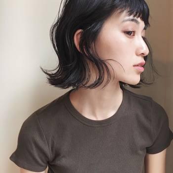 ちょっとツヤが足りない、もう少しメリハリをつけたい場合は、鼻の一番高いところや頬骨の位置にサッとハイライトをプラスしても◎ こちらも、化粧下地同様、パール入りのものがオススメです。