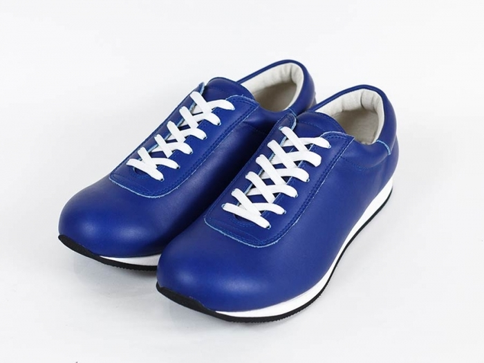 パッと目を引く、鮮やかなブルーのレザースニーカー。スポーティーで快活な印象の一足です。アクティブに歩きたい一日にピッタリ。