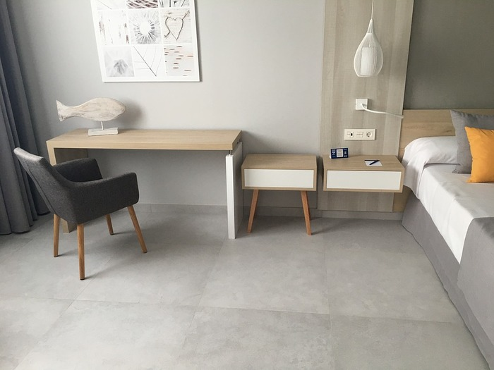 壁、床、ベッドカバーなど部屋全体をグレーでまとめても素敵。ナチュラルな家具と組み合わせることで、落ち着いた空間に。