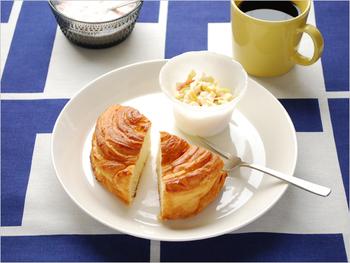 カタチも可愛らしいパンが一つあれば、心も満たされる朝ごはんに。白のシンプルなプレートにちょこんとのせるだけで、なんだかカフェ気分。サラダやヨーグルトを合わせて、栄養バランスをとることも忘れずに◎