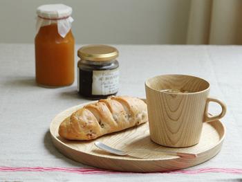 トレイとしても使える木製プレートに、同じく木製のマグカップを合わせて◎ 上質でゆったりとした時間を運んでくれる木製食器は、慌しい朝にこそ使いたくなります。