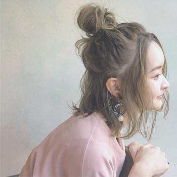 アップにする部分の髪を編み込んだり、シニヨンにしたり、そのまま流したり…と、ハーフアップのアレンジはさまざまです。