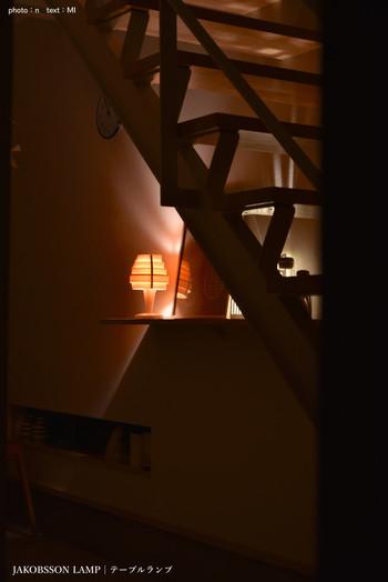 こちらは玄関の灯り。  やや暗めですが、他の小さな灯りと一緒に使って明るくするのも楽しそうです。  蛍光灯でパッと灯りがつく空間も良いですが、このようにほのかな灯りであたたかみのある空間作りをするのも素敵ですね。