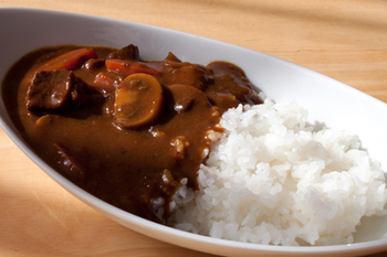 ビーフカレーのポイントは、お肉の煮込み加減(=お肉のやわらかさ)。圧力鍋やストウブで煮込むのはもちろん、こちらのレシピは材料と一緒にお肉を半日漬けこむ本格派。