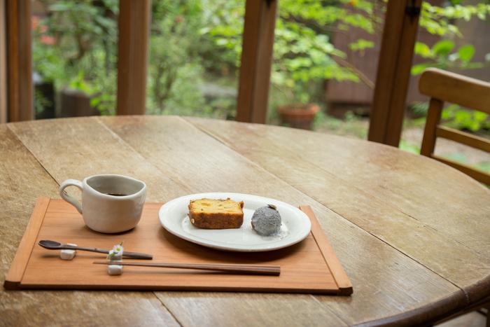 おやつのケーキに添えられたのは竹製のおはし。 口当たりがよく気持ちのいい什器は【群言堂】でも取り扱っています。  (画像提供:群言堂)