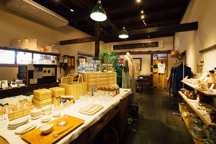 店内雑貨売り場の様子。  レンコン、きのこ、里芋などの自然をモチーフにした雑貨を多く扱っています。 【群言堂】のフィルターを通すと、日常生活がきらきらと輝いて見えてきます。  (画像提供:群言堂)