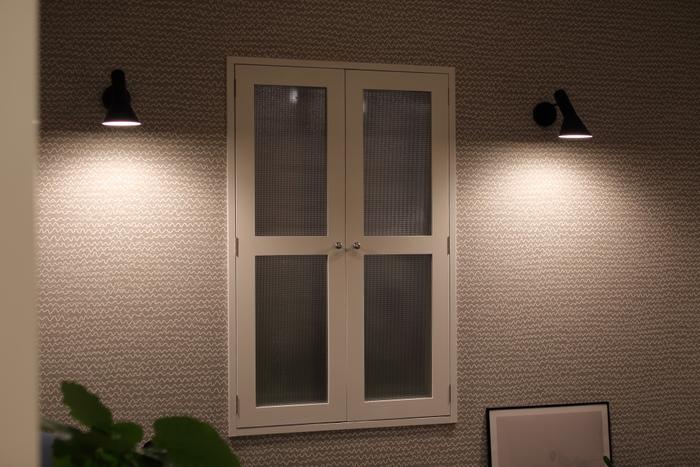 こちらは、あえて空間に灯りを灯さず、壁に灯りを反射させた空間。  小さな灯りじゃちょっと暗い……と感じる時は、このように壁に反射させてみると空間の明るさが調整できますね。