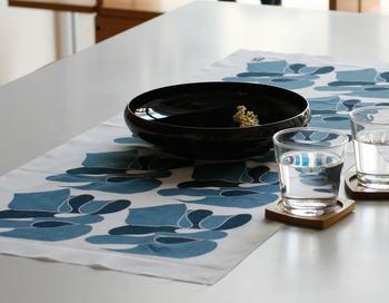 テーブルウェアや気分でセレクトした手ぬぐいをテーブルセンターとして使うだけで食卓の風景がガラッと変わります。