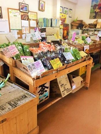 お店の一角には、モナの丘をはじめ、近隣農家の野菜を販売するコーナーもあります。狙いめは、ランチ前♪