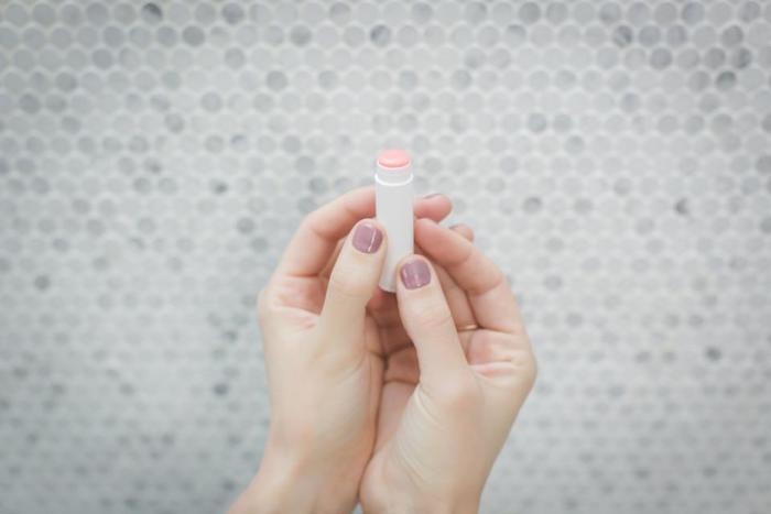 乳液もクリームもない場合は、「リップクリーム」で代用できます。指に取って、乾燥している部分に軽くたたきこむように塗りましょう。