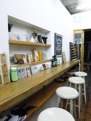こちらもテイクアウトが中心ですが、店内にはカウンター席、屋外にはおしゃれなテラス席もあります。お店では豆やコーヒー器具も販売しているので、おうちでも美味しいコーヒーが楽しめますよ☆コーヒーの奥深さだけでなく、楽しみ方も発見できる魅力的なお店です。