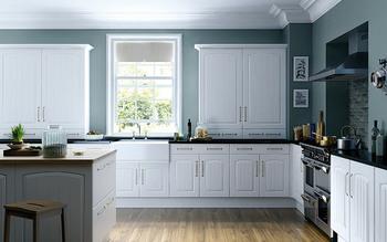 シックなブルーグリーンは、大人っぽい雰囲気のキッチンに。白との組み合わせは清潔感のある印象です。
