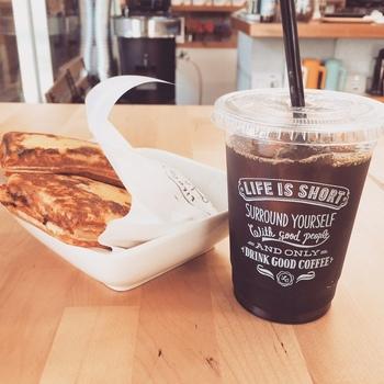 こだわりの美味しいコーヒーに加えて、ホットドッグ・アフォガート・自家製クッキーなど、フードやスイーツメニューも提供しています。また、スパイスを効かせたオリジナルレシピのチャイ、数種類のフレーバーからセレクトできるソーダなど、コーヒー以外のドリンクも充実しています。