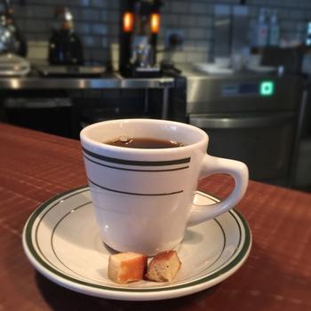 おすすめは何と言っても、一杯ずつ丁寧に淹れてくれるハンドドリップコーヒー。コーヒーはフィナンシェを添えて提供され、お店のさりげないおもてなしに心が温まります。ブレンドやシングルオリジンなどこだわりのラインナップから、自分好みの一杯を見つけてみてはいかがでしょう。