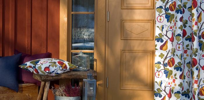 鮮やかで色彩豊かなファブリックはリビング空間に華やかさを与えてくれます。繊細なタッチのテキスタイルをシックなコーディネートの中に取り入れるととても見栄えがしますね。