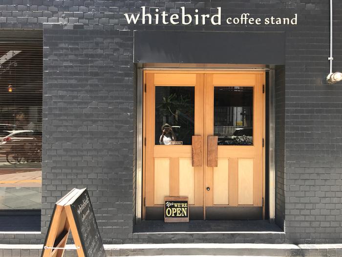 こちらのお店は東梅田駅にほど近い場所にあり、真っ黒な外壁に覆われたスタイリッシュな外観が目印。店内も黒を基調としたシックなインテリアで統一され、ゆっくり落ち着ける大人の隠れ家的空間となっています。