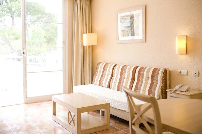 淡いオレンジ系のパステルカラーはインテリアとよく馴染んでくれます。部屋全体がやさしい表情になりますね。