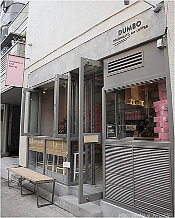麻布十番駅からほど近い場所にあるお店は、まるで外国のカフェの様なおしゃれな雰囲気。テイクアウトがメインですが、店内にはイートイン可能なカウンター席もあります。ニューヨークスタイルのドーナツ&こだわりのコーヒーで、リッチなカフェタイムを過ごしませんか?