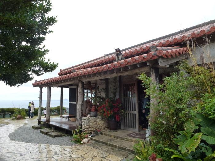 古民家を再生してつくられた「花人逢(かじんほう)」は、沖縄情緒たっぷりの人気店。高台にあるので庭から眼下に海が広がり、遠く伊江島や瀬底島などを眺めることができます。