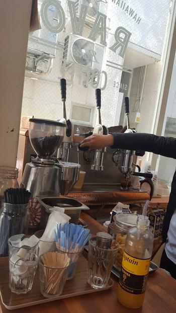 こちらのお店では厳選した上質な豆を、手動レバー式のエスプレッソマシンで淹れてくれます。一杯ずつ丁寧に抽出した本格的なコーヒーは、お店自慢のマラサダと相性抜群。こだわりの本格コーヒーやフォトジェニックな期間限定ドリンクなど、ここでしか味わえないとっておきのメニューを堪能しに、ぜひ訪れてみませんか?