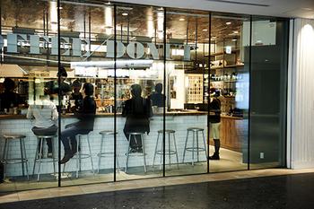お店は大阪駅から徒歩1分、うめきた広場の地下1Fにあります。ガラス張りのおしゃれな外観が目印。店内はバリスタを囲むようにレイアウトされたカウンター席のみで、まるで海外のコーヒースタンドのような雰囲気です。