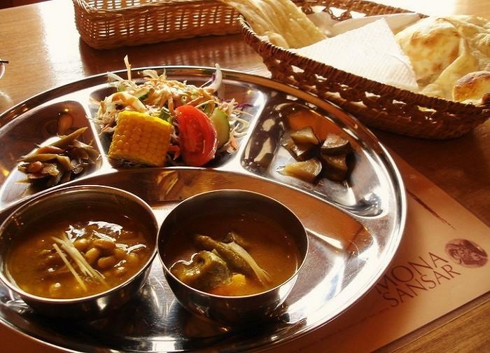 基本的なランチは、2種類のカレーのプレート(サラダ付き)、ナンorライス、飲みもの。