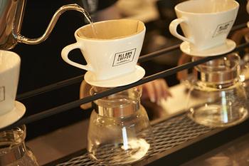 コーヒーは目の前でハンドドリップしながら、一杯ずつ丁寧に淹れてくれます。オリジナルブレンドのオールデイコーヒーをはじめ、エスプレッソやカフェモカなどがラインナップ。コーヒー以外にも、オーガニックティーやソフトドリンク、アルコールも提供しています。