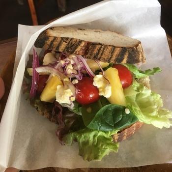 沖縄フルーツと野菜のカンパーニュサンドは、チーズ、パイナップル、トマトと新鮮な具材があふれんばかり。パン自体も美味しいと評判です♪