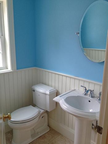 壁全体の色を変えるのは難しい場合は、お部屋の一部だけ変えるだけでもアクセントになりますよ。爽やかなパステルブルーとホワイトが清潔感のある空間に見せてくれます。