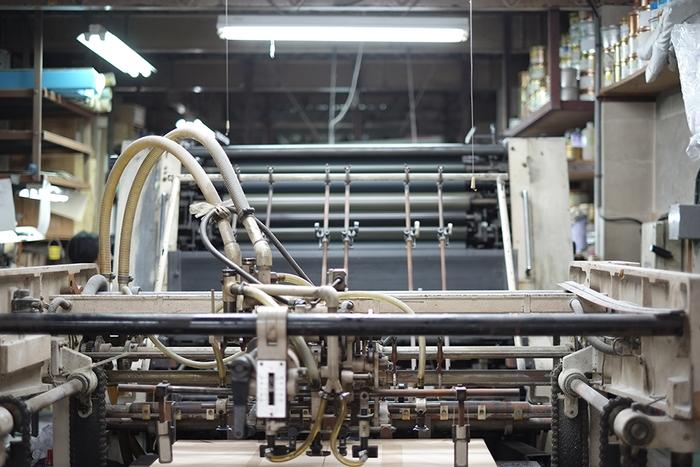「HOW TO WRAP_」のラッピングペーパーの一部は単色のオフセット印刷機によって刷られています。古き良き印刷機は職人の感覚が物を言うオリジナルの風合いが魅力の一つです。