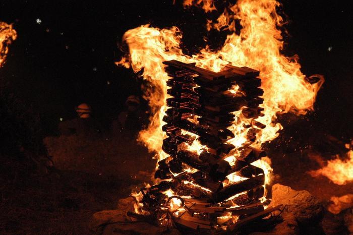 """火床とは、割木(薪)を組み上げる土台の部分のことで、大文字山には、、精霊の送り火「大」の字形に沿って、全部で75基設置されています。【画像は、""""左大文字""""の送り火当日の様子。(本記事で扱っているのは""""右大文字"""")】"""