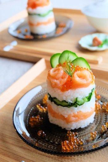 まるでお店のような、美しい盛り付けのちらし寿司。通常はセルクルを使いますが、わざわざ買わなくても、なんと、ペットボトルでセルクルの代用ができちゃうんですよ!