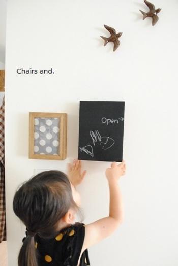 気になりだすと目につくのがインターフォンや床暖房の設定プレート。それもDIYで上手に目隠しできちゃうんですよ。黒板プレート使ったり、写真フレームを使ったりアイデアあふれたDIY。黒板を使えば、その日の気分でイラストも変えられるので毎日楽しくなっちゃいますよ♪