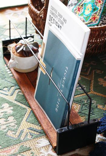 同じ要領で木材に2本のアイアンウォールバーを付ければ、雑誌や本を収納できるラックに♪
