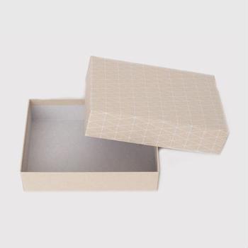ペーパーボックスは職人が一つ一つ手で張り付けた貼箱です。プレゼントした後も、小物入れとして活躍してくれそう。