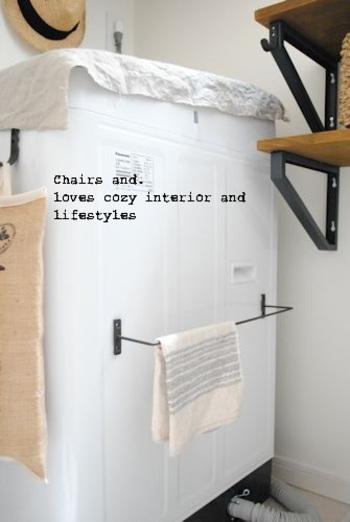 アイアンバーにマグネットを付けて洗濯機にぺたり。干す場所に困りがちな雑巾や足拭きマットを干すのに丁度良いですね。 同じ要領で冷蔵庫につけても便利そうです。
