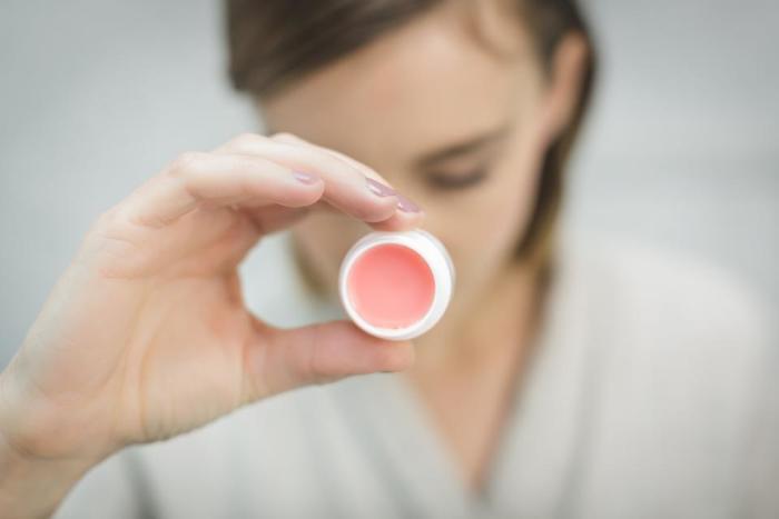 美容液がない場合は「リップクリーム」でもOK。リップクリームやリップバームには油分が含まれているため、目の下についたマスカラやアイメイクもするりと落ちます。綿棒がなければティッシュペーパーに塗ってやさしくふき取りましょう。