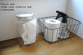 こちらはペット用のトイレグッズ。軽くて持ち運びのしやすいアイアンのかごに入れるとシンプルに収まります。