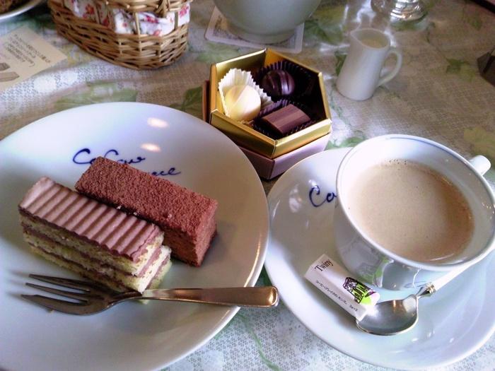 チョコレートのケーキセットはコーヒーとチョコレートまで付いて1000円の価格には驚きます。長い間愛されている定番のケーキです。
