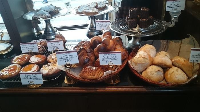 タルトやシュー・ア・ラ・クレームの他にパンも買う事が出来ます。