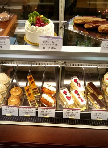 ショーケースには色とりどりのケーキが並びどれを選ぶか迷います。
