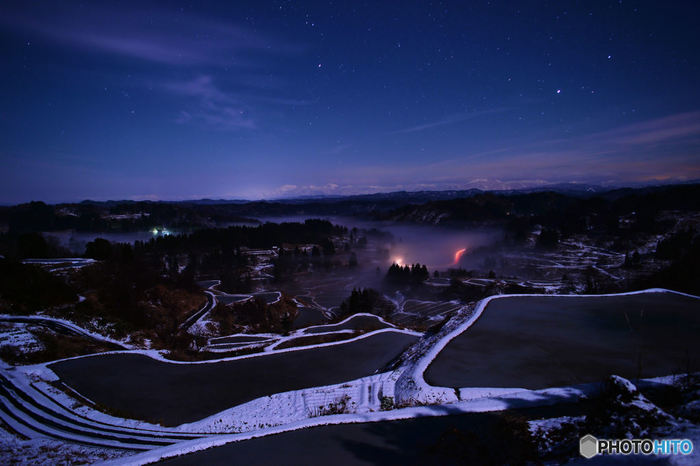 寒いけど素敵な冬の星峠。初雪が畔の形を浮かび上がらせ、何とも言えない幻想的な光景を展開しています。雪のはじめに見ることができるこの光景は一年でほんの数日しか見ることができない、貴重な光景だとか。
