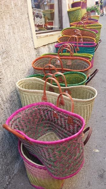 ビビッドカラーが可愛いバッグを収納に使うのもおすすめです。