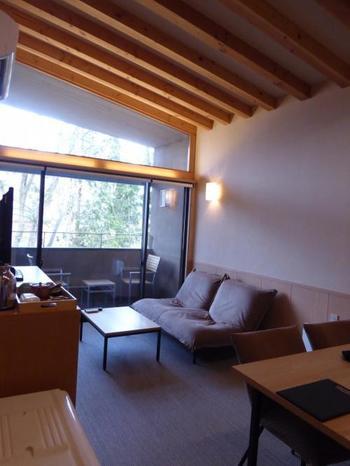こちらはお部屋にプライベートのドッグランと露天風呂がある温泉宿です。目の前の大文字・箱根外輪山を眺めながら浸かる掛け流しの露天風呂は格別です。