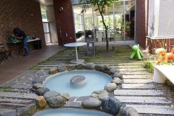 施設内には天然温泉の大浴場が2種類あり、中庭にはわんこ専用の天然温泉もあります。ちなみに、そちらは足湯として、飼い主さんも一緒に楽しむことができますよ!